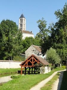 Château-Landon_(77),_grand_lavoir_communal_et_clocher_de_l'église_Notre-Dame